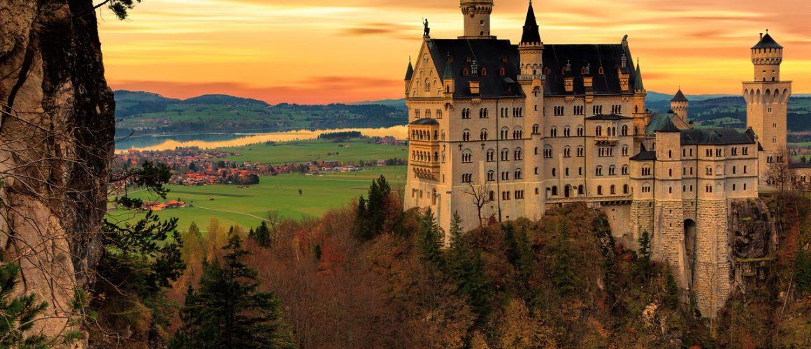 Zamek Neuschwanstein na tle zachodu słońca
